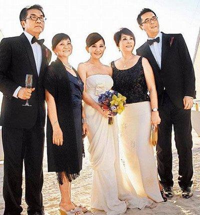 长滩岛举行海滩婚礼,梁静茹穿上vera wang设计的象牙白色婚纱缓缓步上