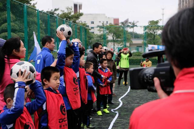 足球牵线 福建公益携手自闭症儿童助其融入社会