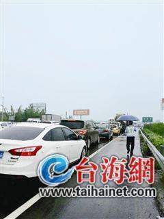 土豪被交警查到超载 向警察炫耀自家有两部奔驰