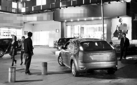 """福州公共停车位普遍成餐馆""""自留地"""""""
