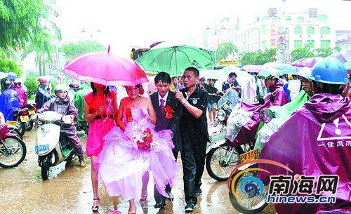 """暴雨中喜结连理 新郎推土机当""""花轿""""接新娘"""