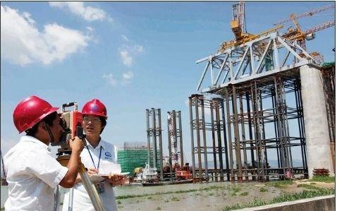 图为中铁科工九桥公司的测量技术员在测量厦深铁路榕江特大桥的架设精度。图片与正文内容无关。 (CFP/图)