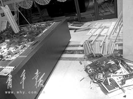 上海一楼盘房价急降1/3 业主围攻售楼处泄愤