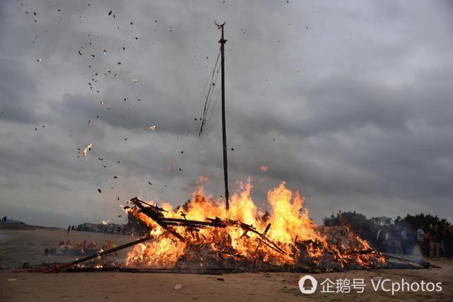他们花20万造大船 却推海边一把火烧掉
