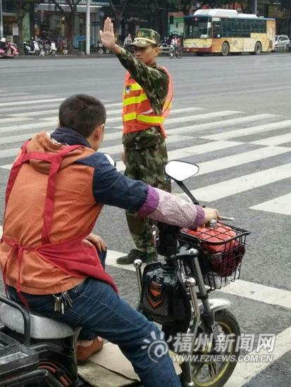 学生志愿者参与交通协管 助力缓解城区拥堵