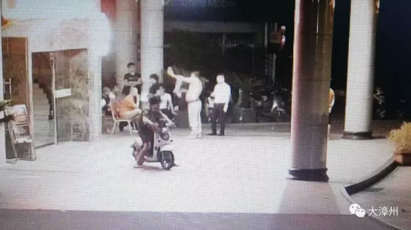 漳州一男子连揍自己脑门三拳 然后叫来了警察