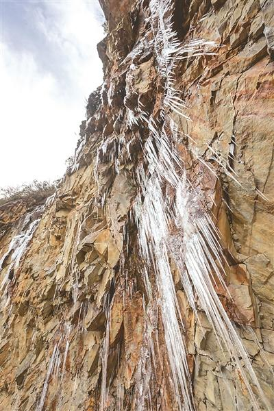 南平松溪百丈山冰凌千姿百态 美不胜收引人惊叹