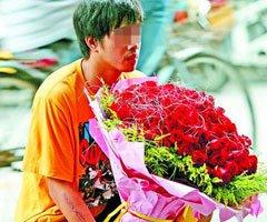 手捧99朵玫瑰 男子当街下跪求女友原谅