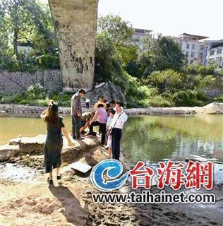 龙岩2名女生意外落水 村民闻讯连忙下水救人
