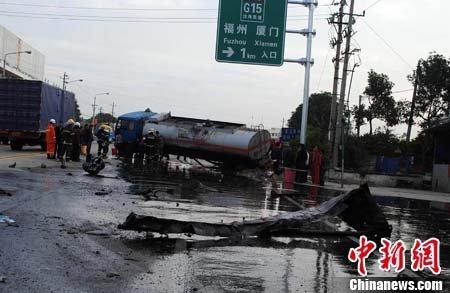 福建一油罐车侧翻泄露 近百米道路成油河(图)