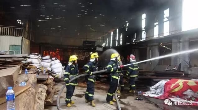 仙游一红木厂房清晨大火 里面有大量鸡翅木原料