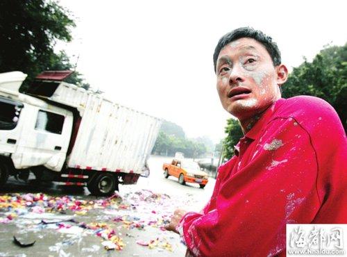 福州小货车停车帮报警 运沙车突然冲来(图)