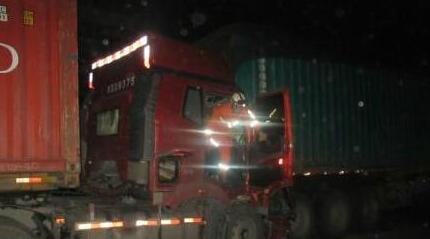 福建清晨两货车追尾一人被困 疑疲劳驾驶所致