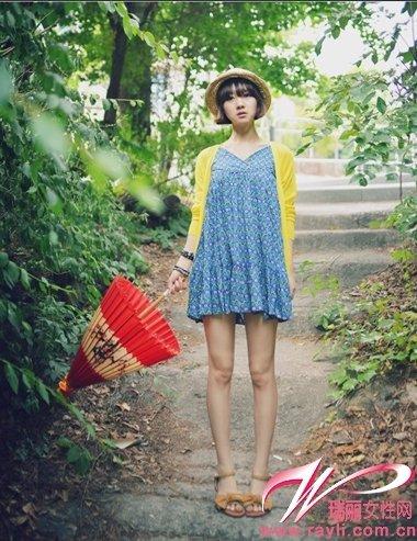 蓝色小碎花连衣裙搭配明黄色针织开衫很基本的森女装扮