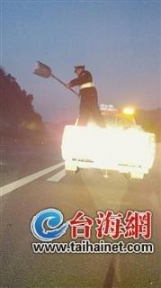 厦蓉高速低温结冰4起事故 交警路政连夜撒盐除冰