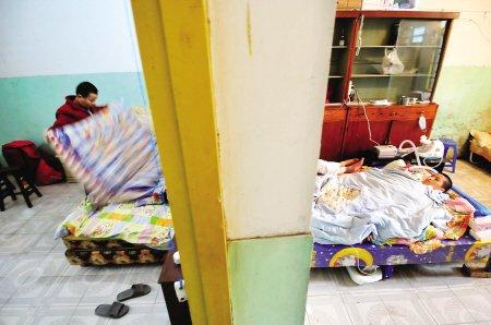 贫困父母为救垂危儿子 废屋中自建ICU病房