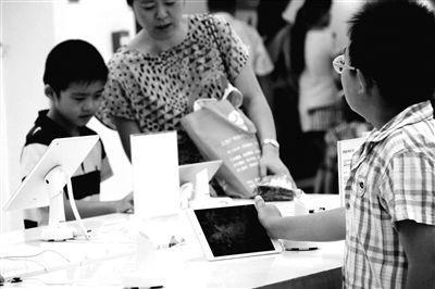 开学前,不少家长带着孩子购买新款电子产品。新华报业视觉中心记者 宋宁 摄
