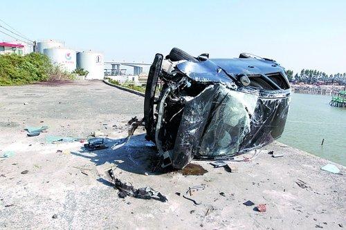 小车甩离路面20米坠房顶 怀疑司机酒后驾驶