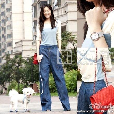 超模刘雯用阔腿牛仔裤来搭配针织衫,拉长曲线的阔腿裤成了最成功的