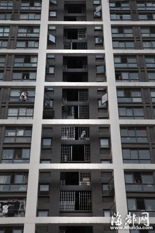 小区外墙阳台或采光井有些业主安装防盗网或用防盗网挑阳台,影响小区图片