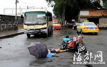 冒雨骑行路中迎面撞上巴士 男子伤重身亡(图)