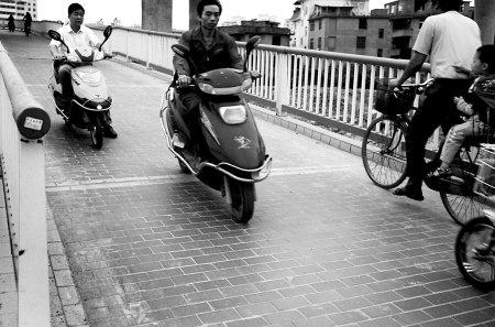 榕琴亭高架桥常有骑车人滑倒 原是逆行惹的祸