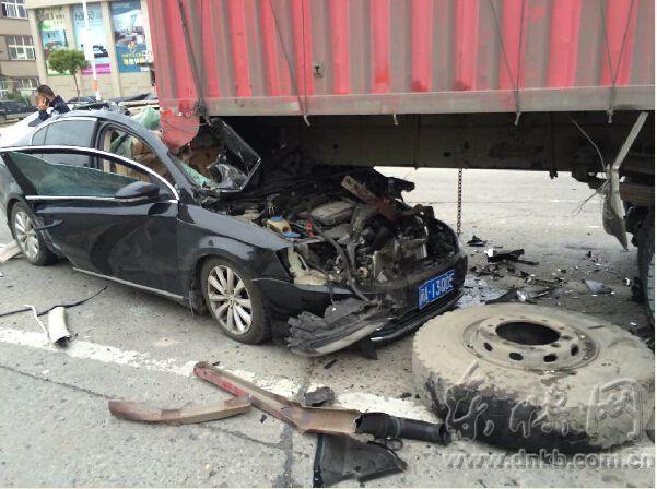 小车追尾货车轿车车身被削去大半 年轻司机殒命高清图片