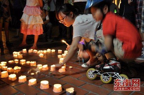 福州市民五一广场烛光悼念动车事故遇难者