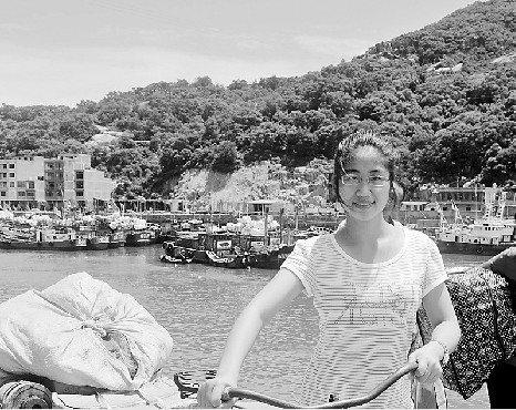 父亲两年前患淋巴癌 为凑学费她到码头卖早点