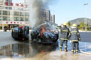 连江昨日两车相撞 油箱断裂起火