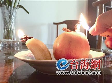 男子七夕给女友惊喜 核桃加香蕉制能吃的蜡烛