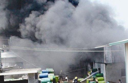 马巷曾林村800多平米仓库起火 黑烟十多米高
