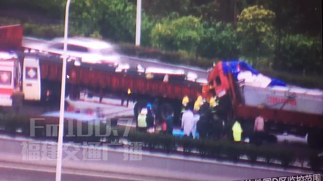福州两辆大货车追尾 车头被撞烂副驾不幸身亡