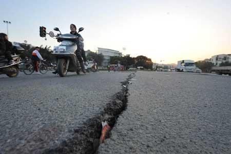 福州南二环路面再次拱起 由30厘米增到半米