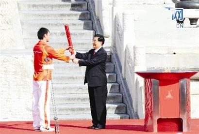 胡锦涛广州亲手点燃第16届亚运会主火炬