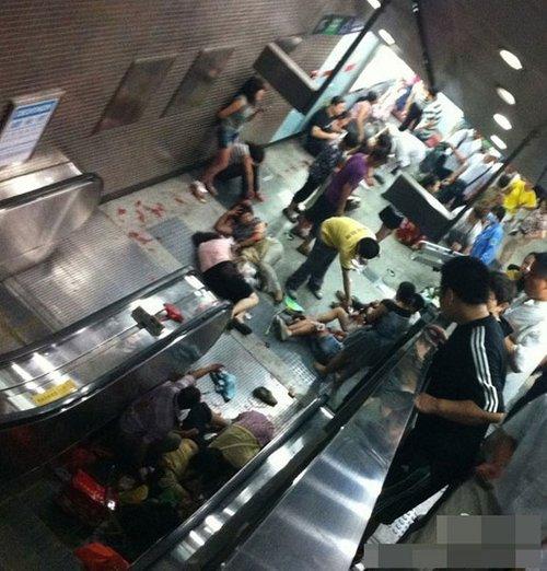 北京地铁电梯事故 致13岁男童死亡28人受伤