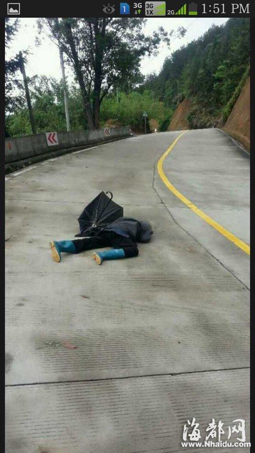 80岁老人摔倒县道上 过路行人车辆避而远之