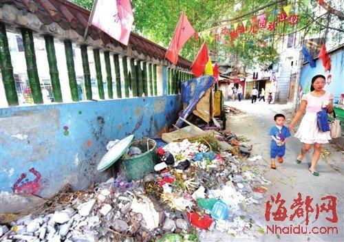 幼儿园围墙边常年堆满垃圾 孩子被熏1年无人理