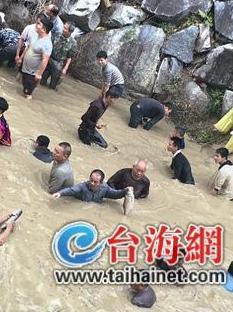 漳州平和县柴船村:5000多人河里抓鱼场面壮观