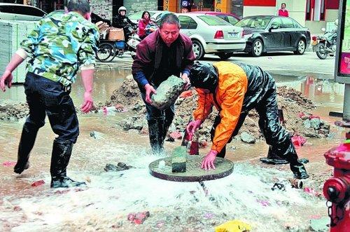泉州一工人拧坏水管阀门 十余米水柱狂喷