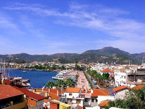因为土耳其南部的地中海海岸中心安塔利亚纯净的海水象绿宝石一样美丽