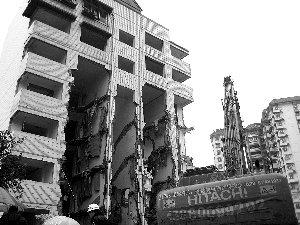 住宅楼被强拆变空中楼阁 顶楼人家尚未搬迁