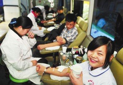 省人民医院百名医护人员昨献血