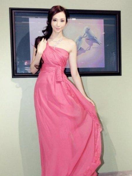 吴佩慈就爱桃红色 七夕节穿出桃花运的搭配