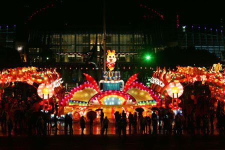 南后街、台江、三坊七巷亮灯 市民冒雨观灯