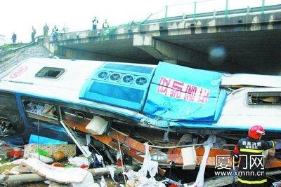 大巴车严重变形.-乐山开往厦门的大巴翻下高速 致5死30余伤 图