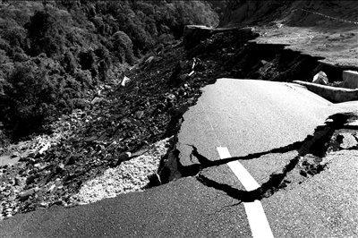 """云南""""最短命公路""""致2死2伤 为拿补助赶工期"""