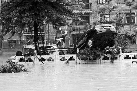 莆田:2米高洪水瞬间扑来几十部车被掀翻