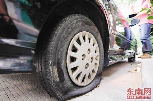 拒交70元停车费轮胎被扎?收费方称无辜