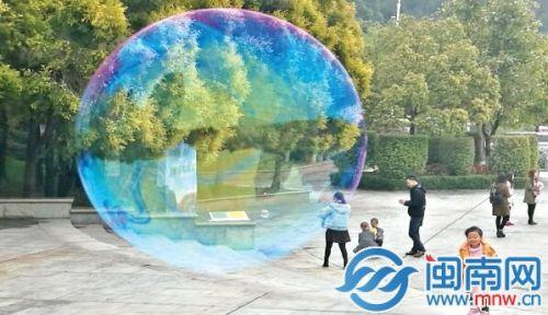 昨日,泉州森林公园,孩童放飞的泡泡带走一片春天的气息